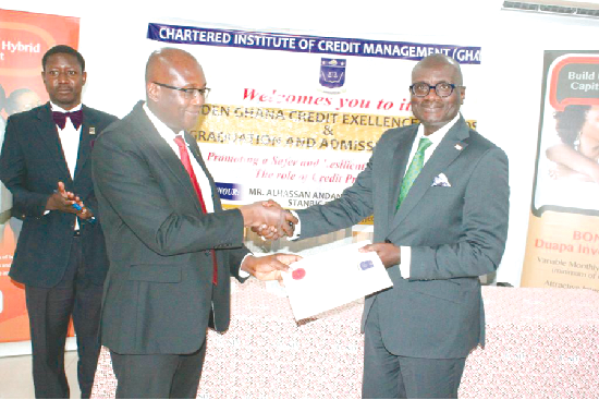 Dr Kinsley Charles Akuetteh (left) presenting the award to Mr George Ofosuhene